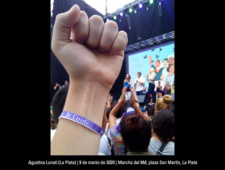 A principios de año, antes de vislumbrar lo que se nos venía, tenía lugar la marcha del 8M, fuí con mi remera de Evita puesta y mi mamá a un lado, siempre. En la plaza San Martín, de La Plata, Buenos Aires, con mujeres emprendedoras, mujeres músicas y mujeres políticas que ese día presentaban el ministerio de las mujeres, géneros y diversidad.