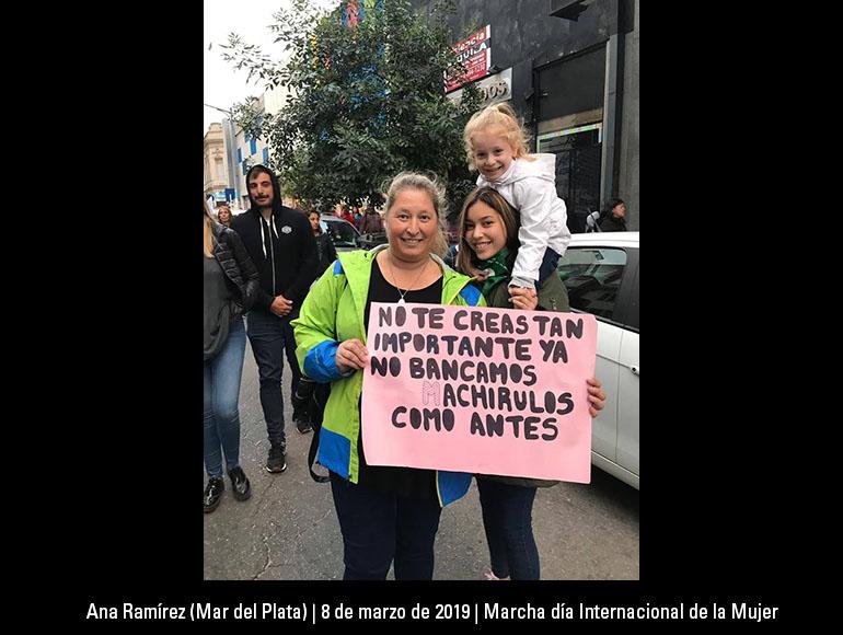 Soy la Lic. Ana Ramírez de Distrito Mar del Plata y en la foto estoy con mis hijas Noelia (18 años) e Ismaela ( 6 años) en marcha 8 de Marzo 2019.