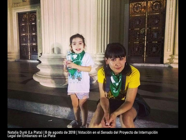 La foto que envío fue tomada el día 8 de agosto de 2018 en La Plata, en el marco de la votación en el Senado del Proyecto de Interrupción Legal del Embarazo. Estoy acompañada por mi hija, Victoria, que en ese momento tenía 4 años.